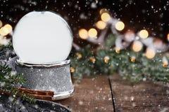 Rustikale leere silberne Schnee-Kugel mit fallendem Schnee lizenzfreies stockbild