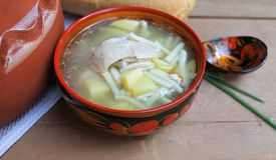 Rustikale Nudelsuppe mit Huhn und Kartoffeln Stockfotos