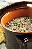 Rustikale Suppe der Bohnen und buchstabiert stockbild