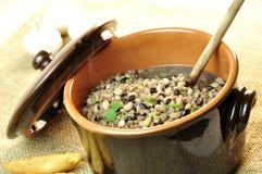 Rustikale Suppe der Bohnen und buchstabiert lizenzfreies stockbild