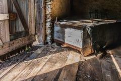 Rustikale Szene des alten hölzernen Schlittens in einer historischen Scheune Lizenzfreies Stockbild