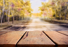 Rustikale Tabelle und Straße im Wald Stockbilder