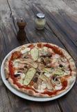 Rustikale vegetarische Pizza Stockfotos