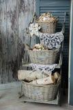 Rustikale Veranda des Hintergrundes mit einem Regal mit Körben und Engeln Lizenzfreies Stockbild
