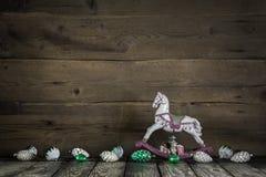 Rustikale Weinleseweihnachtsdekoration mit Pferd auf hölzernem backgro Lizenzfreies Stockfoto