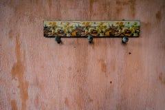 Rustikaler Aufhänger auf der Wand Stockfotos