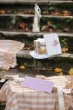 Rustikaler Dekor und gefallener Herbstlaub Schöne Aufschrifthochzeit Stockbild