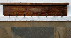 Rustikaler Garderobenständer mit acht Haken Stockbild