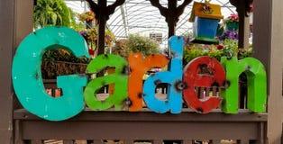 Rustikaler Garten unterzeichnen herein Gewächshaus Stockbild
