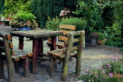 Rustikaler Gartentisch Lizenzfreie Stockfotografie