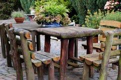 Rustikaler Gartentisch Stockbilder