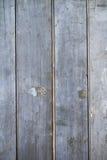 Rustikaler grungy erblassender Zaun stockfotografie