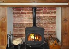 Rustikaler hölzerner brennender Ofen lizenzfreies stockfoto