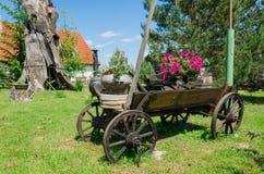 Rustikaler hölzerner Wagen mit Blumenzusammensetzung Stockfoto