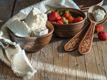 Rustikaler Haupthüttenkäse mit Erdbeeren Lizenzfreie Stockfotos