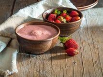 Rustikaler Haupthüttenkäse mit Erdbeeren Lizenzfreie Stockbilder