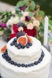 Rustikaler heiratender wei?er Kuchen verziert mit Feigen, Blaubeeren lizenzfreie stockfotos