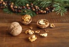 Rustikaler Hintergrund mit Walnüssen, Tannenbaumast und bunter Perlenbälle Weihnachtsdekoration Sie können es für Grußkarte verwe lizenzfreies stockfoto