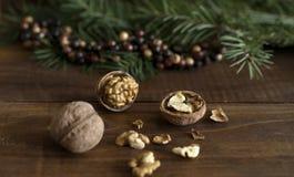 Rustikaler Hintergrund mit Walnüssen, Tannenbaumast und bunter Perlenbälle Weihnachtsdekoration Sie können es für Grußkarte verwe lizenzfreies stockbild