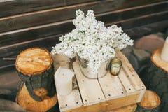 Rustikaler Hochzeitsdekor, lila Anordnung auf dem Kasten stockfotos