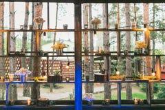 Rustikaler Hochzeitsdekor, Regalstand mit lila Vorbereitungen und SU lizenzfreie stockbilder