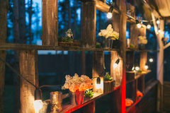 Rustikaler Hochzeitsdekor, Regalstand mit lila Vorbereitungen und SU Stockfoto