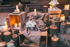 Rustikaler Hochzeitsdekor, verzierte Treppe mit Sümpfen und lila arra lizenzfreie stockbilder