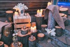Rustikaler Hochzeitsdekor, verzierte Treppe mit Sümpfen und lila arra stockbilder