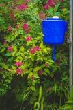 Rustikaler Hof und selbst gemachtes Becken auf dem Zaun Lizenzfreies Stockbild