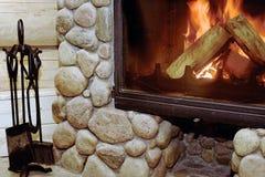 Rustikaler Holz-Brennender Kamin stockfoto
