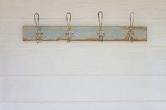 Rustikaler Kleiderhakenhintergrund auf weißem Wetterverkleidungshaus lizenzfreie stockbilder