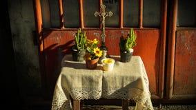 Rustikaler Kruzifix-Altar stockfotos