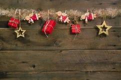 Rustikaler Landhausstilweihnachtshintergrund mit den roten Geschenkboxen stockfotos