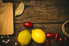 Rustikaler Lebensmittelhintergrund mit dem Kopienraum zu schreiben lizenzfreie stockfotos