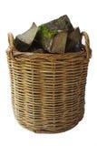 Rustikaler Log-Korb mit Brennholz Stockfotografie
