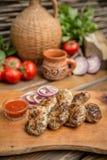 Rustikaler Ofen gebackene Rindfleischkoteletts stockbilder