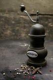 Rustikaler Pfefferschleifer oder -mühle der Weinlese Stockfotografie