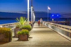Rustikaler Pier in Tacoma mit unerkennbaren Paaren lizenzfreie stockfotos