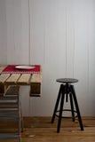 Rustikaler Raum mit Kistentabelle Lizenzfreies Stockfoto