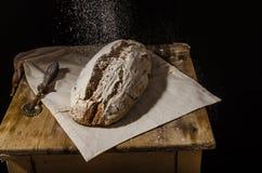 Rustikaler Sauerteig des selbst gemachten Brotes lizenzfreies stockfoto