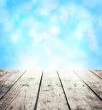 Rustikaler Schablonenhintergrund des Winters mit Holztisch- und Textraum Stockfoto
