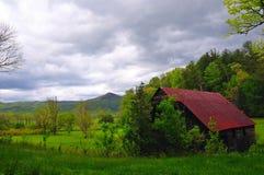 rustikaler Stall in der Natur stockbilder
