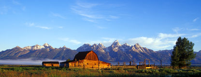 Rustikaler Stall und Teton Berge panoramisch Stockfoto