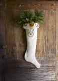 Rustikaler Weihnachtsstrumpf für Haustür Lizenzfreie Stockfotos