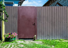 Rustikaler Zaun mit Katze Stockfotos
