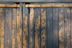 Rustikales altes getragenes hölzernes Gelb des Türhintergrundes gemalt Stockbilder