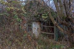 Rustikales altes zerstörtes Haus stockfotos