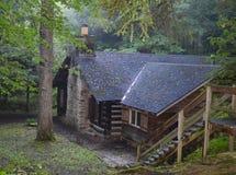 Rustikales Blockhaus im Wald Stockfotos