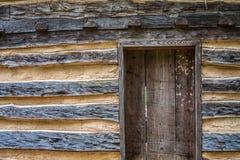 Rustikales Blockhaus mit Tür Lizenzfreies Stockfoto