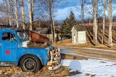 Rustikales Blockhaus und ein Weinleseauto, Millarville, Alberta, Kanada Lizenzfreie Stockbilder
